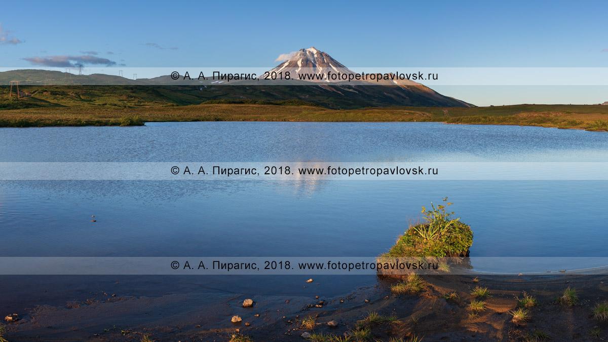 Фотография: панорамный вид на высокогорное озеро и стратовулкан Вилючинская сопка на полуострове Камчатка