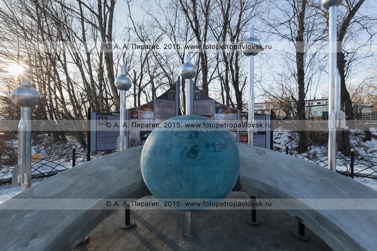 """Фотография: фрагмент камчатского монумента """"Космический указатель"""", в центре — планета Земля в виде большого голубого шара, который движется по символической орбите. Вулканное городское поселение (поселок Вулканный), Елизовский район, Камчатский край"""