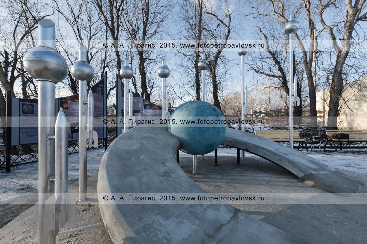 """Фотография: камчатский монумент """"Космический указатель"""", в центре которого расположена планета Земля с орбитой, за ней расположены вертикальные указатели с остальными планетами Солнечной системы в порядке расстояния от Солнца. Камчатский край, Елизовский район, поселок Вулканный"""