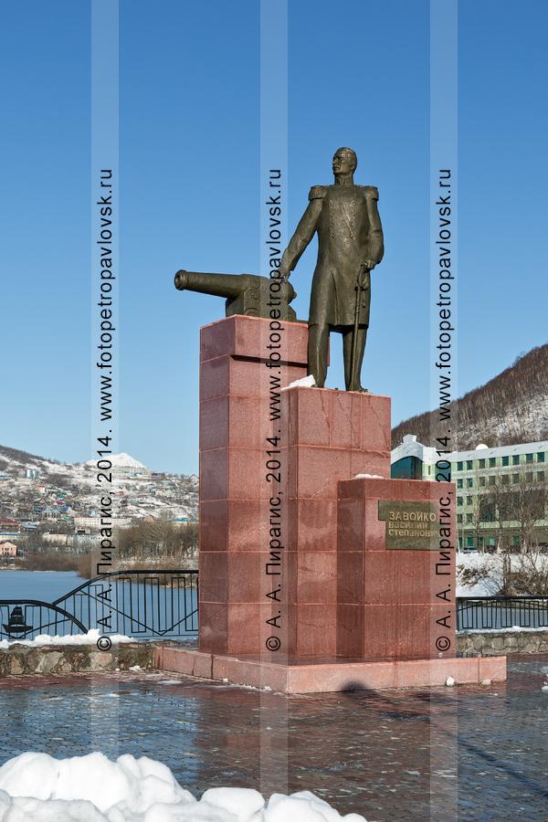 Фотография: памятник первому губернатору Камчатки Завойко Василию Степановичу. Камчатский край, Петропавловск-Камчатский