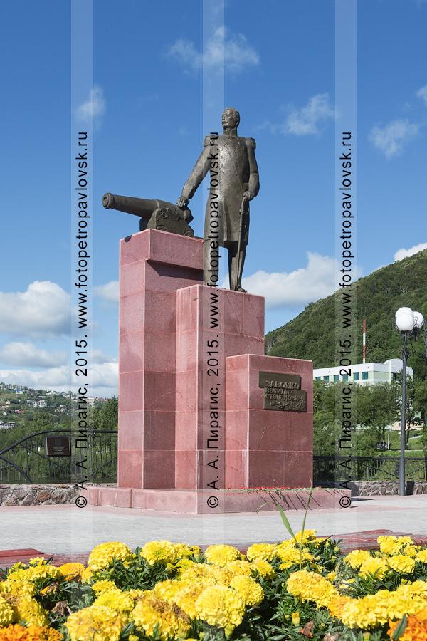 Фотография: памятник первому военному губернатору Камчатки Василию Степановичу Завойко в городе Петропавловске-Камчатском