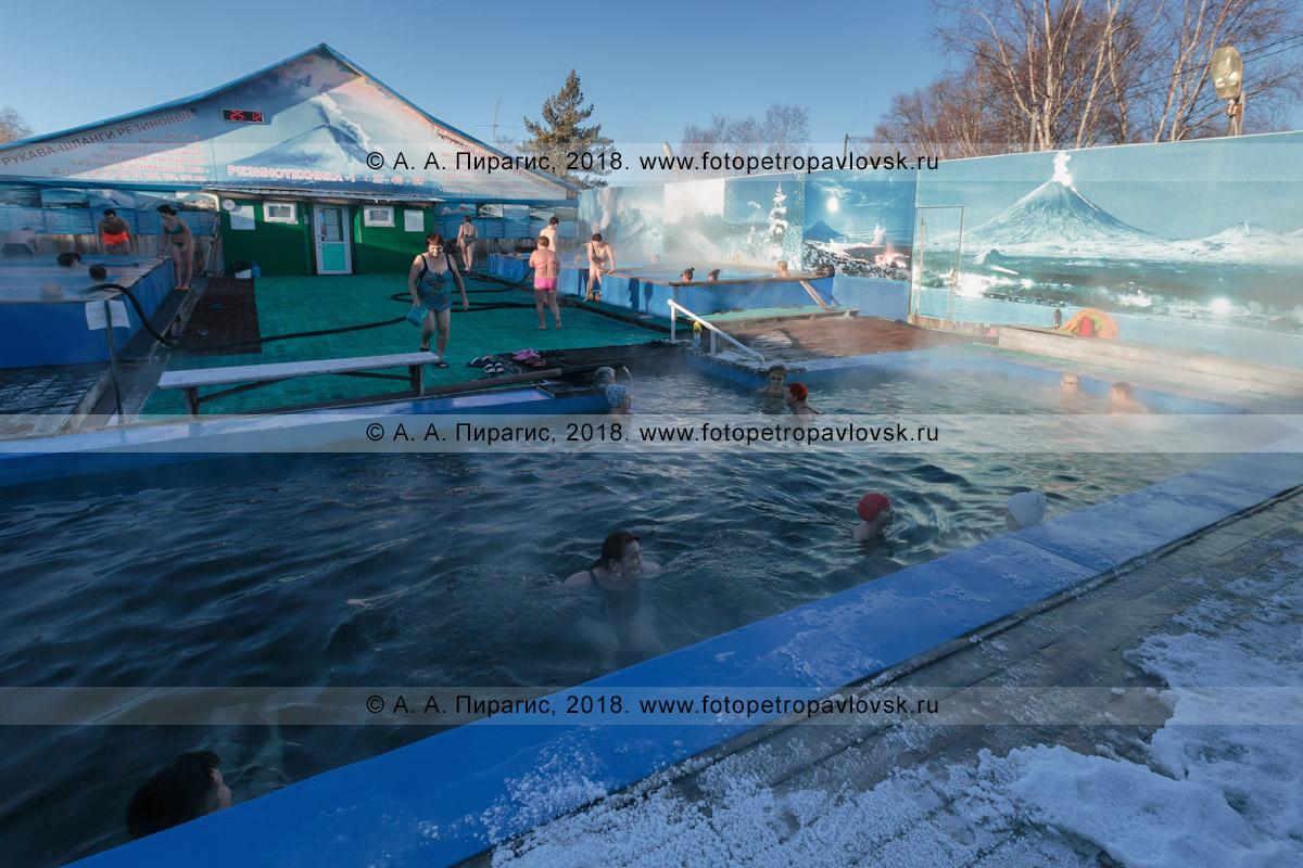 Фотография: лечебно-оздоровительный комплекс «Зеленовские озерки» на полуострове Камчатка, вид на бассейн с термальной минеральной водой и купающимися людьми