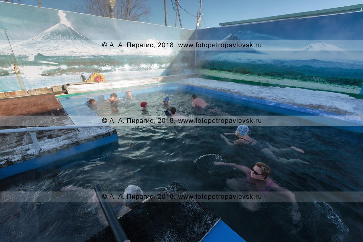 Фотография: камчатский профилакторий «Зеленовские озерки», жители и гости полуострова Камчатка купаются в бассейне с горячей минеральной водой