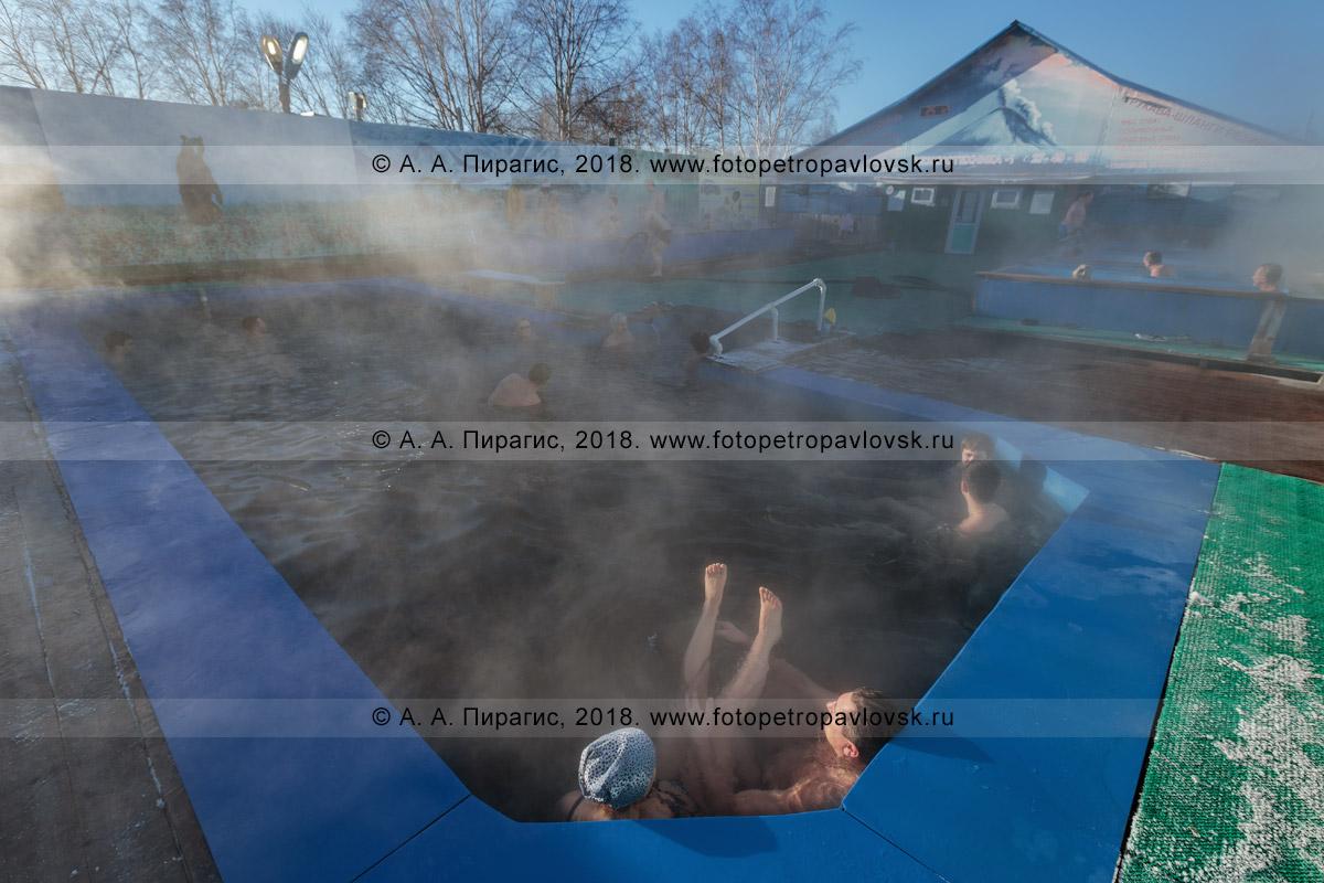 Фотография: профилакторий «Зеленовские озерки», жители и гости Камчатского края купаются в бассейне под отрытым небом с горячей минеральной водой