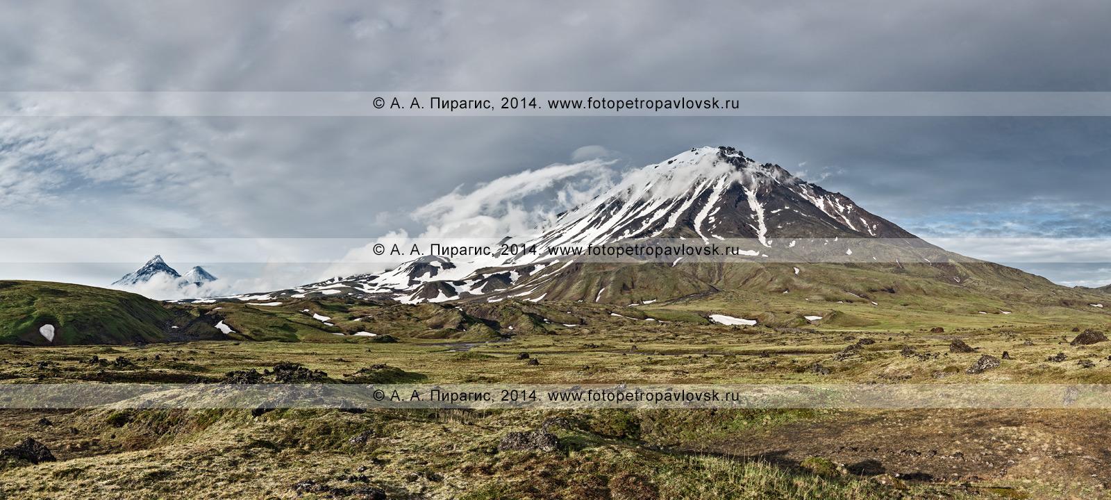 Фотография: панорама вулкана Овальная Зимина (Oval Zimina Volcano) на Камчатке. Слева на снимке — вулкан Камень и вулкан Ключевской