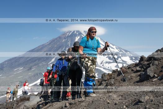 Фотографии: группа туристов и путешественников восходит на Авачинский вулкан на полуострове Камчатка