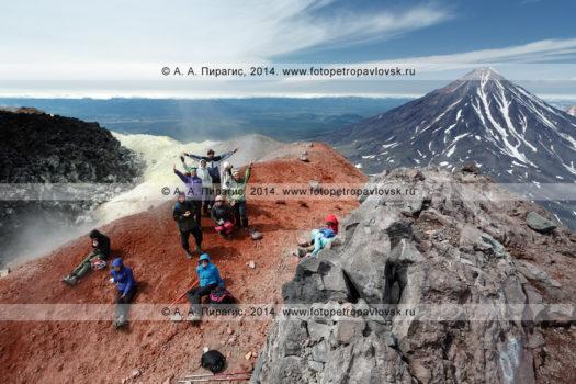 Фоторепортаж: фотографии восхождения на вулкан Авачинская сопка на полуострове Камчатка, туристы и путешественники в кратере вулкана