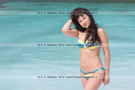 Фотографии девушки в купальнике на фоне Голубых озер на полуострове Камчатка