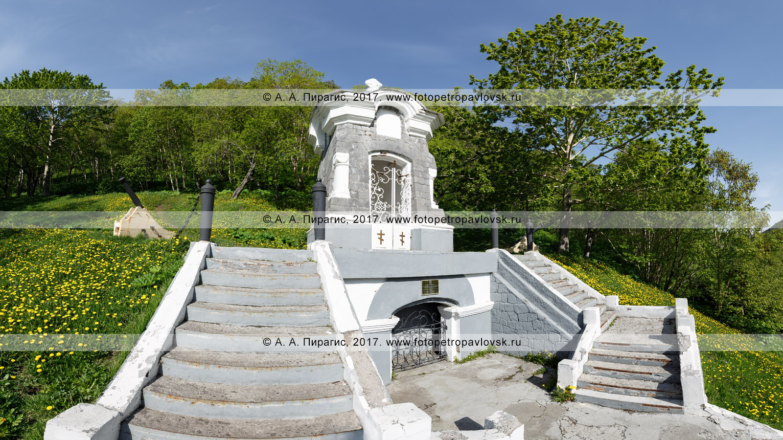 """Фотография: памятник """"Часовня"""", установленный у братской могилы погибших защитников Петропавловского порта во время героического отражения нападения англо-французской эскадры в августе 1854 года"""