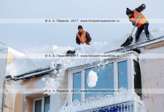 Фотография: зимняя очистка кровли жилого здания от снега и наледи