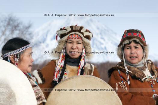 Фотографии выступления корякского фольклорного танцевального коллектива