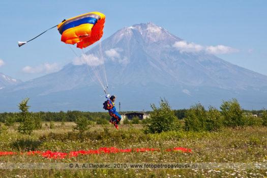 Фоторепортаж: День Военно-воздушных сил Российской Федерации (День авиации) в Камчатском крае — воздушное шоу парашютистов