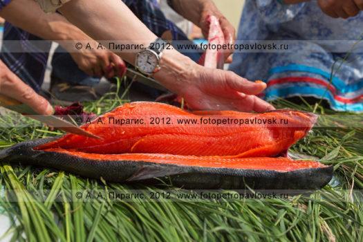фотографий конкурса по разделке красной рыбы во время праздника День первой рыбы на полуострове Камчатка