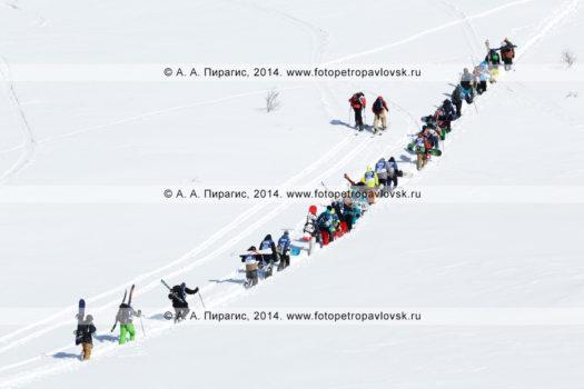 Фотографии сноубордистов и горнолыжников поднимающихся на гору для фрирайда