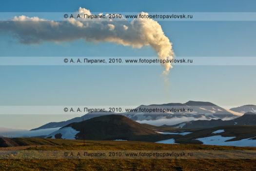 Фотография (панорама): действующий вулкан Горелый на юге полуострова Камчатка. Парогазовый выброс одного из кратеров вулкана Горелого