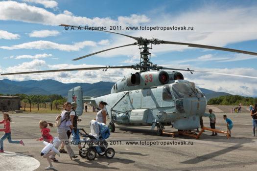 Фотографии вертолета Ка-27ПС (ТЛ) на военном аэродроме Елизово на полуострове Камчатка)