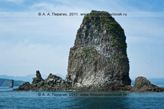 Кекур Караульный, остров Старичков. Авачинский залив, Тихий океан