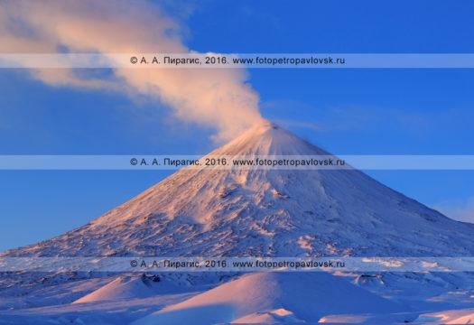 Фотография: действующий вулкан Ключевская сопка (Klyuchevskaya Sopka), или Ключевской вулкан (Klyuchevskoy Volcano), на восходе солнца. Полуостров Камчатка, Ключевская группа вулканов