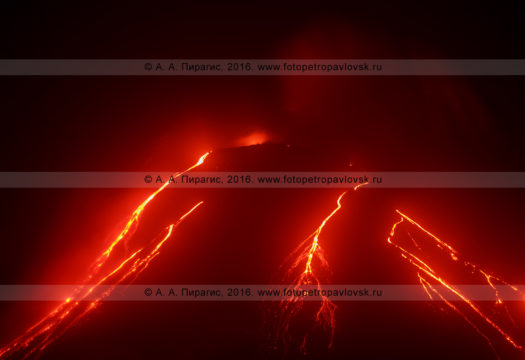 Фотография: Ключевской вулкан (Klyuchevskoy Volcano), ночной вид на извержение и текущие лавовые потоки по склону вулкана. Полуостров Камчатка