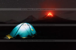 Фотография: туристическая палатка на фоне извержения Ключевского вулкана на Камчатке