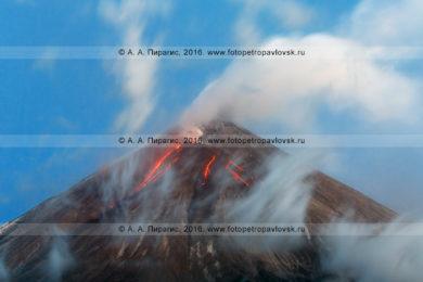 Фотография: Камчатка, вулкан Ключевская сопка (Klyuchevskaya Sopka), вершина извергающегося вулкана — текущая по склону лава, вырывающийся из кратера пар, газ и пепел