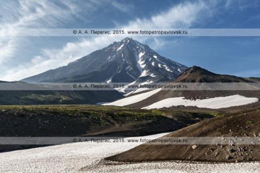 Фотография: вид на действующий вулкан Корякская сопка (Koryaksky Volcano) с Авачинского перевала. Полуостров Камчатка