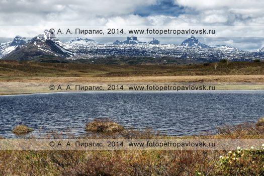 Фотография (панорама): весенний вид на высокогорное озеро и горные вершины Срединного хребта на полуострове Камчатка