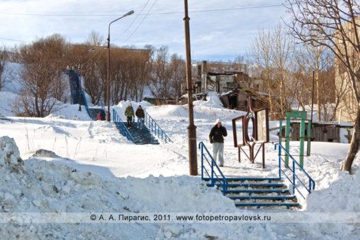 Фотографии лестницы, соединяющей улицу Индустриальную и улицу Сахалинскую в городе Петропавловске-Камчатском