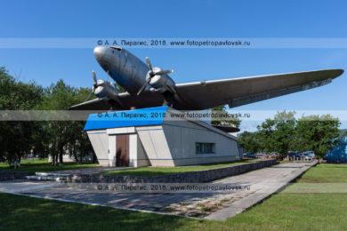Фотография памятника самолету Ли-2 в камчатском аэропорту.
