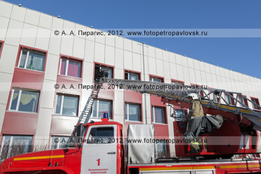 Фоторепортаж: учения ГУ МЧС России по Камчатскому краю по тушению пожара и спасению пострадавших в местах массового пребывания людей