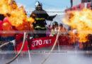 Парящий в воздухе пожарный-спасатель с огнеметами, извергающими пламя. День пожарной охраны Российской Федерации