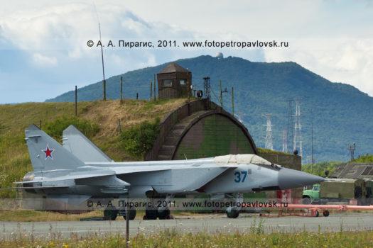 Фотографии российского истребителя МиГ-31 противовоздушной обороны дальнего действия на военном аэродром Елизово на полуострове Камчатка