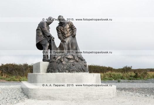 Фотография: памятник Рыбацкой славы, или памятник рыбакам. Усть-Камчатск, Камчатский край