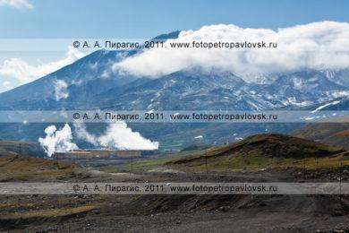 Фотография: Мутновская геотермальная электростанция (Мутновская ГеоЭС) на фоне Мутновского вулкана. Полуостров Камчатка