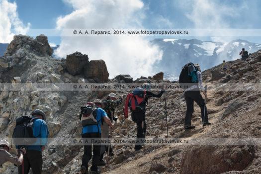 Фотографии туристов и путешественников, поднимающихся в кратер вулкана Мутновская сопка на полуострове Камчатка