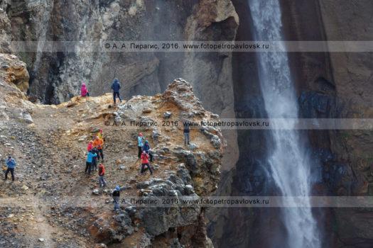 Фотографии путешественников на туристической экскурсии на водопаде в овраге Опасном (каньон Опасный) на Мутновском вулкане