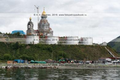 Фотографии видов с моря на строительство Камчатского морского собора в Петропавловске-Камчатском