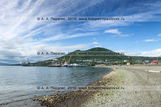Панорамная фотография Петропавловска-Камчатского: городской пляж на Озерновской косе, берег Авачинской губы (бухты); на дальнем плане — Мишенная сопка