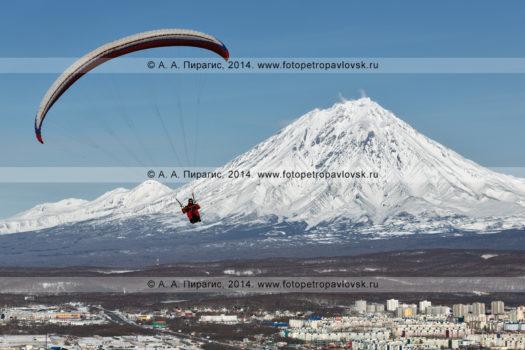 Полет параплана над городом Петропавловском-Камчатским на фоне Корякского вулкана — действующего вулкана полуострова Камчатка