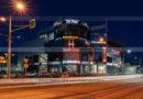 Ночная фотография торгово-развлекательного центра Парус в городе Петропавловске-Камчатском.
