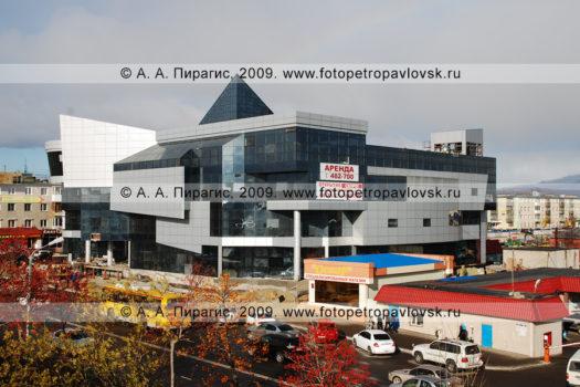 Осенняя фотография торгово-развлекательного центра Парус в городе Петропавловске-Камчатском