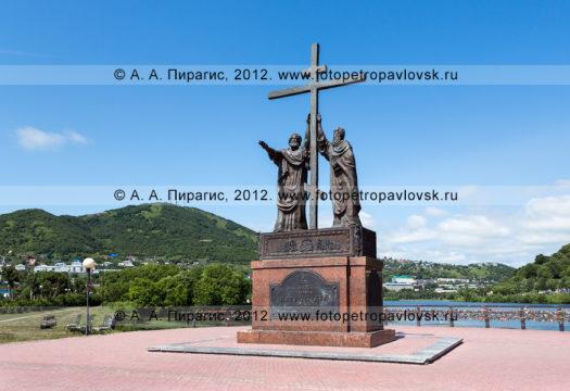 Фотография: памятник святым апостолам Петру и Павлу в городе Петропавловске-Камчатском