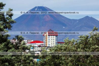 Фотографии города Петропавловска-Камчатского на фоне Авачинской сопки (Авачинский вулкан)