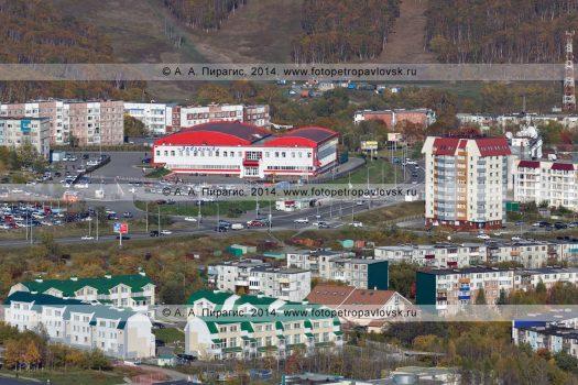 Город Петропавловск-Камчатский: физкультурно-оздоровительный комплекс «Звездный», одиннадцатиэтажный жилой дом, таунхаусы и пятиэтажки на улице Звездной.