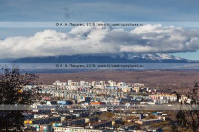 Петропавловск-Камчатский, город на фоне вулкана Корякская сопка