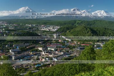 Летний Петропавловск-Камчатский на фоне вулканов