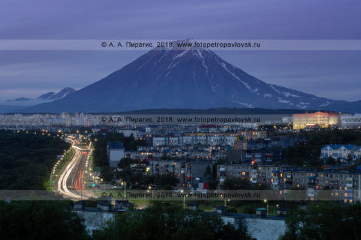Фотография ночного Петропавловска-Камчатского на фоне Корякского вулкана