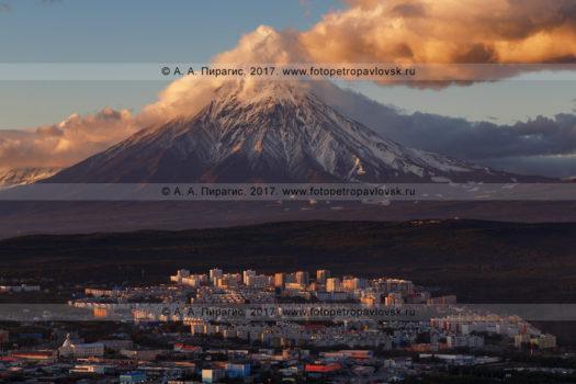 Фотография города Петропавловска-Камчатского на фоне вулкана Корякская сопка на закате солнца
