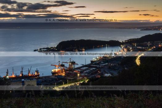 Ночная фотография: городской пейзаж Петропавловска-Камчатского после захода солнца, вид на Петропавловск-Камчатский морской торговый порт