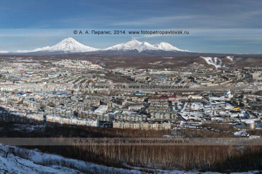 Панорама города Петропавловска-Камчатского, Корякский вулкан, Авачинский вулкан и Козельский вулкан